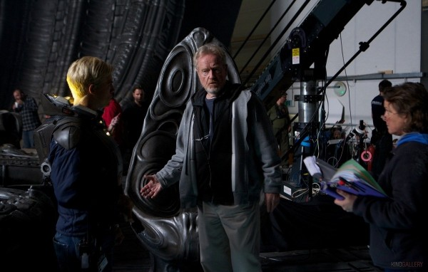 "Ridley Scott directing Michael Fassbender in ""Prometheus"" Photo/20th Century FOX"