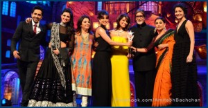 Amitabh Bachchan receives the 2013 Stardust Award.Image Courtesy: Amitabh Bachchan via Facebook