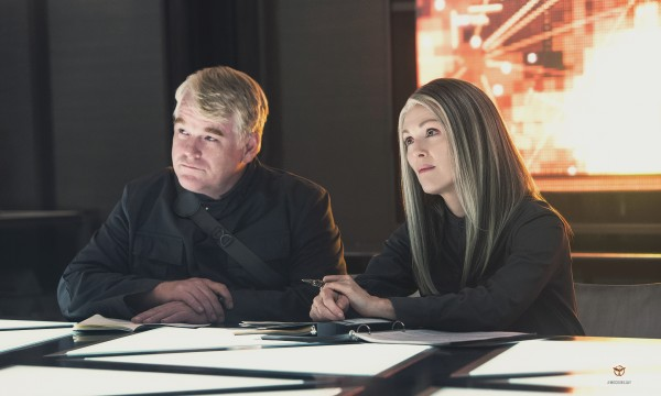the-hunger-games-mockingjay-part-1-philip-seymour-hoffman-julianne-moore-photo