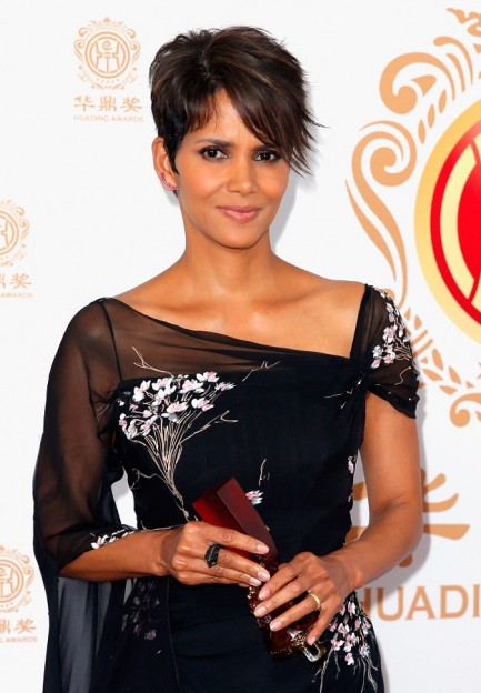 Actress Halle Berry poses with the Global Icon Award in the press room during the Huading Film Awards on June 1, 2014 at Ricardo Montalban Theatre in Los Angeles, California. Huading Film Awards is China's #1 Film awards, in the U.S. for the first time. (Photo by Joe Scarnici/Getty Images for Huading Film Awards)