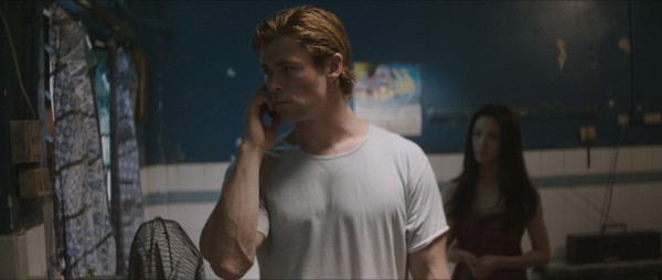 chris-hemsworth-blackhat-movie-photo phone