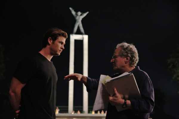 chris-hemsworth-blackhat-movie set photo Michael Mann