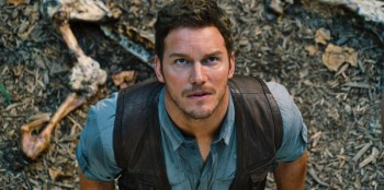 jurassic-world-chris-pratt-lookiing up