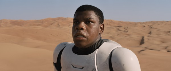 star-wars-the-force-awakens-John Boyega Stormtrooper in desert