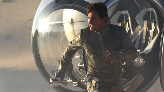 Tom Cruise running Oblivion photo