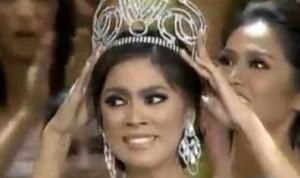 Ariella Arida receives crown from Miss Universe 2012 runnerup Janine Tugonon Image/Video Screen Shot