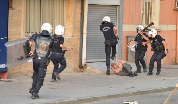 Turkey police attacking protester