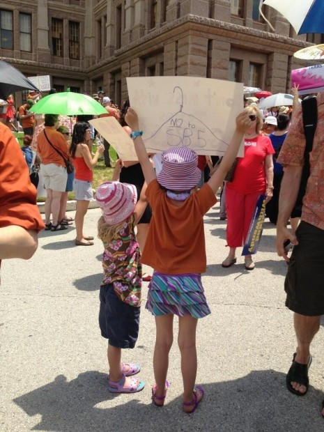 Children at a protest in Texas, fighting against the abortion regulations  photo twitter: Abortion rally in Texas