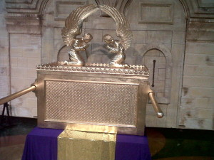 Replica of Ark of the Covenant photo by Suseno, wikimedia commons