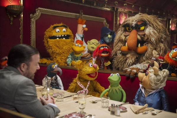 muppets-most-wanted-gonzo-fozzie-kermit-miss-piggy cast at table