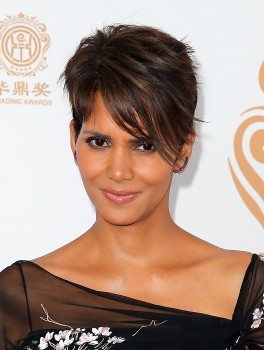 LOS ANGELES, CA - JUNE 01:  Actress Halle Berry poses with the Global Icon Award in the press room during the Huading Film Awards on June 1, 2014 at Ricardo Montalban Theatre in Los Angeles, California. Huading Film Awards is China's #1 Film awards, in the U.S. for the first time.  (Photo by Joe Scarnici/Getty Images for Huading Film Awards)