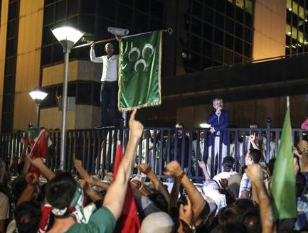 Protesters in Turkey storm the Israeli embassy and raise a Palestinian flag  photo/twitter