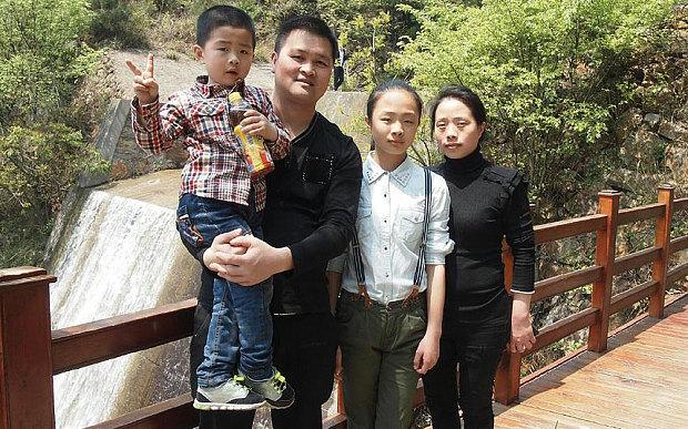 Huang Yizi and family