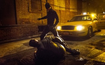 daredevil-netflix-show charlie cox as daredevil fighting baddie