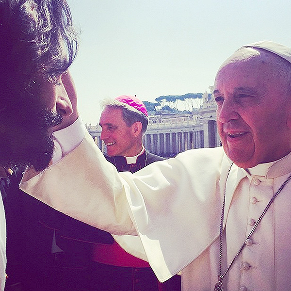 Rodrigo Santoro blessed by Pope Francis I  photo/ Nazanin Boniadi