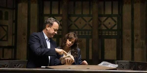 Tom Hanks Felicity Jones Inferno photo examining a book